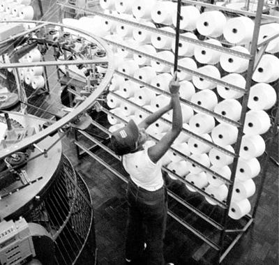 La transformación de materias primas en productos, como es el caso de la transformación de algodón en hilo, es una actividad básica en la cadena de valor.