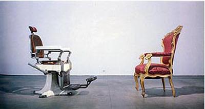 Poema objeto: La conformació del cap, de Joan Brossa. Figura de comparación-paralelismo. La conformació del cap, 1994. El poeta juega con el doble sentido de la palabra cabeza (cap en catalán) entre un trono de rey y una silla de barbero.Nota legal: © Joan Brossa (1994). La conformació del cap. Esta imagen se reproduce acogiéndose al derecho de cita o reseña (art. 32 LPI) y está excluida de la licencia por defecto de estos materiales.