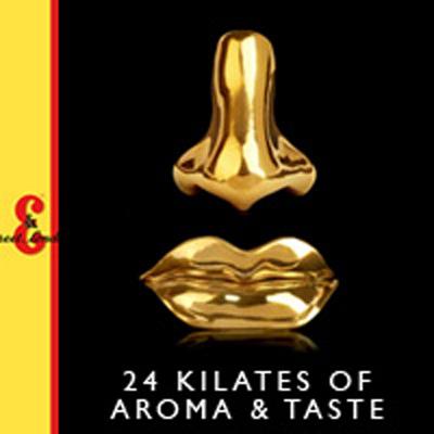 """Este anuncio es una elipsis doble; por una parte, no vemos el producto que se está publicitando (el whisky) y, por la otra, con tan sólo dos elementos (la nariz y la boca) ya interpretamos un personaje que huele y saborea tal como nos dice el eslogan """"Aroma & Taste"""".Nota legal: J&B (2009) para la campaña publicitaria """"24 kilates of Aroma & Taste"""", con motivo de la celebración de los 260 años de la marca. Esta imagen se reproduce acogiéndose al derecho de cita o reseña (art. 32 LPI) y está excluida de la licencia por defecto de estos materiales."""