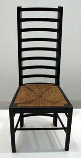 Cadira dissenyada per Rennie Mackintosh el 1917 per al local Dug Out de Glasgow, RU Nota legal: © Chris73 (2006). Creative Commons Reconeixement Compartir Igual 3.0-es. Publicada a wikimedia commons.