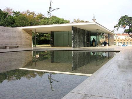 El pavelló que representava Alemanya a l'Exposició Internacional de Barcelona del 1929 creat per Ludwig Mies van der Rohe és un referent en l'arquitectura posterior d'estil internacional. Construït amb materials permanents com l'acer, el vidre i el marbre té un disseny asimètric amb espais oberts i gran simplicitat en les formes. L'espai es percep d'una manera contínua. Nota legal: © Canaan (2008). Creative Commons Reconeixement Compartir Igual 3.0-es. Publicada a wikimedia commons.