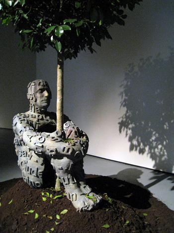 Jaume Plensa (2005). Instalación Songs and Shadows. Londres: Albion Gallery. De wetwebwork, Creative Commons Reconocimiento-Compartir con la misma licencia 2.0 Genérica.